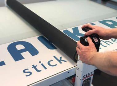 stickers-aplliceren-bedrijfsstickers-logo-bedrijfsnaam-muursticker